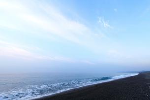 夜明けの七里御浜海岸の写真素材 [FYI01703540]