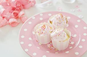 ピンクのカップケーキが複数乗ったお皿の写真素材 [FYI01703588]