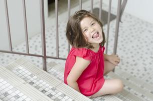 階段で元気な表情のハーフの女の子の写真素材 [FYI01703756]