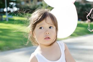 風船とハーフの女の子の写真素材 [FYI01703854]