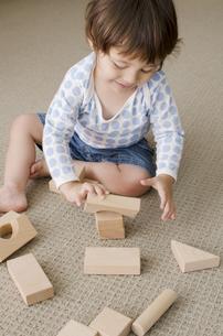 室内で積み木で遊ぶハーフの男の子の写真素材 [FYI01703872]