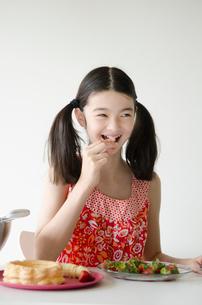イチゴを食べるハーフの少女の写真素材 [FYI01703874]