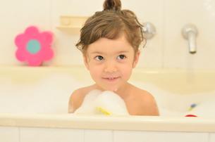 泡風呂に入るハーフの女の子の写真素材 [FYI01703889]