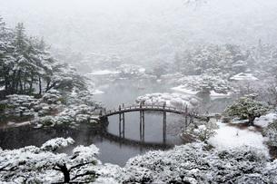 栗林公園(雪景色)の写真素材 [FYI01703957]