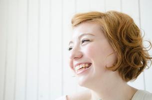 室内で笑うハーフの女性の写真素材 [FYI01704186]