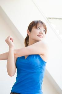 部屋の中でストレッチをする女性の写真素材 [FYI01704191]
