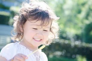 白い服を着て笑うハーフの女の子の写真素材 [FYI01704239]
