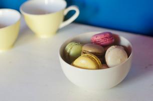 ボールに盛られたマカロンとカップの写真素材 [FYI01704270]