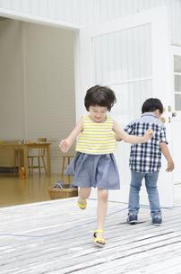 なわとびで遊ぶ子供たちの写真素材 [FYI01704313]