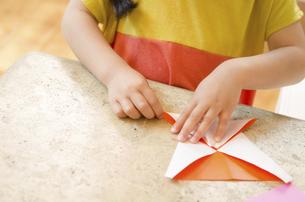 折り紙をしている女の子の手の写真素材 [FYI01704340]