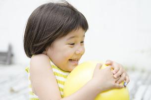 ボールを持って驚く女の子の写真素材 [FYI01704346]