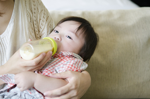 ミルクを飲む男の子の写真素材 [FYI01704398]