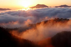 雲海浮かぶ熊野の山並みの写真素材 [FYI01704411]