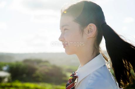 制服姿でツインテールの女の子の横顔の写真素材 [FYI01704433]