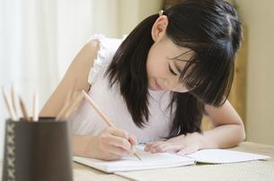 鉛筆を持って勉強をしている女の子の写真素材 [FYI01704441]