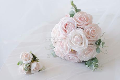 ユーカリの葉を使ったピンクのブーケとブートニアの写真素材 [FYI01704446]