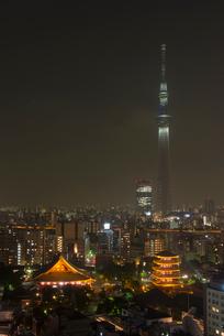 浅草寺と東京スカイツリーライトアップ(防災の日)の写真素材 [FYI01704495]