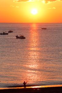 七里御浜海岸から望む朝日の写真素材 [FYI01704507]