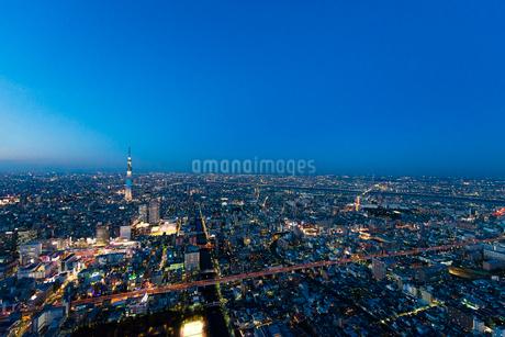 東京スカイツリー(粋)の夜景空撮の写真素材 [FYI01704555]