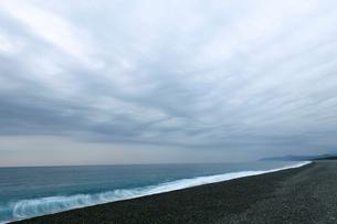 夜明けの七里御浜海岸の写真素材 [FYI01704573]