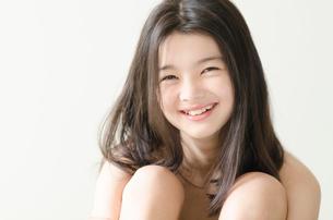 カメラ目線で笑うハーフの少女の写真素材 [FYI01704607]