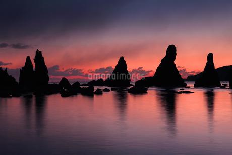 橋杭岩と朝焼けの写真素材 [FYI01704631]