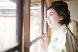 浴衣姿で窓の外を見ている外国人カップルの写真素材 [FYI01704637]
