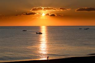 七里御浜海岸から望む朝日の写真素材 [FYI01704643]