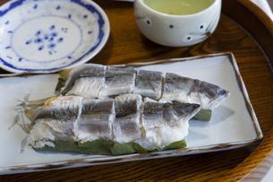 食卓に並んだアユの熟れ寿司の写真素材 [FYI01704644]