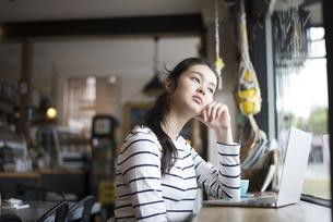 カフェでパソコンを開いてる女性の写真素材 [FYI01704664]