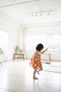 部屋の中を走っている女の子の写真素材 [FYI01704705]