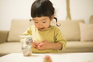 お手玉で遊んでいる女の子の写真素材 [FYI01704715]