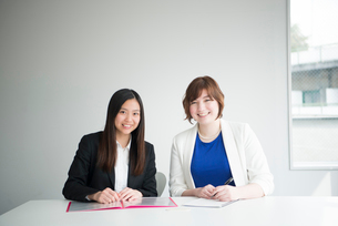 笑っている女性二人の写真素材 [FYI01704735]