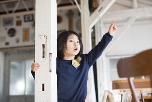 家で遊んでいる子供の写真素材 [FYI01704737]