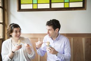 お蕎麦を食べる外国人の写真素材 [FYI01704743]
