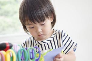 紙を切っている男の子の写真素材 [FYI01704744]