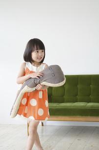 ギターのクッションを持っている女の子の写真素材 [FYI01704745]