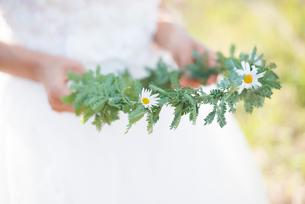 花冠を持っているウェディングドレス姿の女性の写真素材 [FYI01704748]