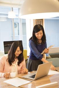 オフィスにいる女性2人の写真素材 [FYI01704754]