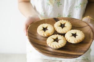 クリスマスパイを持っている女性の手元の写真素材 [FYI01704780]