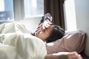 ベッドの中にいる女性の写真素材 [FYI01704789]