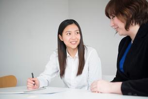 会議室で話している女性二人の写真素材 [FYI01704800]