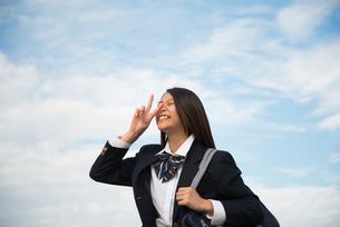ピースをしている制服姿の女子高生の写真素材 [FYI01704838]