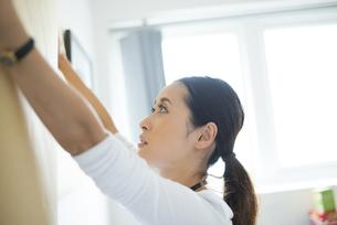 壁に模造紙を貼っている女性の写真素材 [FYI01704874]