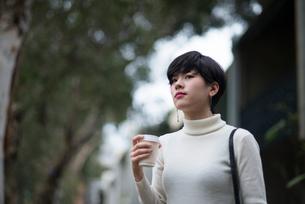 コーヒーを持っている女性の写真素材 [FYI01704876]