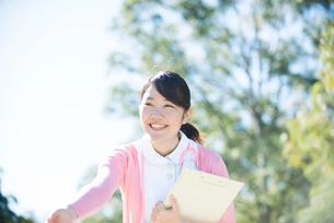 笑顔で手を差し伸べている看護師の写真素材 [FYI01704887]