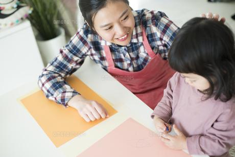 女の子に話しかけている保育士の写真素材 [FYI01704925]
