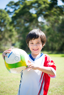 サッカーボールを持っている男の子の写真素材 [FYI01704926]