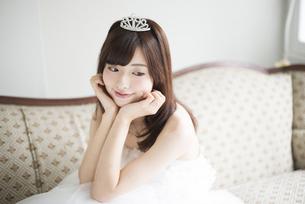 ウェディングドレスを着てティアラをつけている女性の写真素材 [FYI01704963]