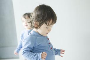 家の中を歩く双子の男の子たちの写真素材 [FYI01704971]